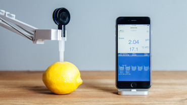 Measuring pH of a lemon with a Hanna Instruments FoodCare Halo pH Meter electrode and iOS App
